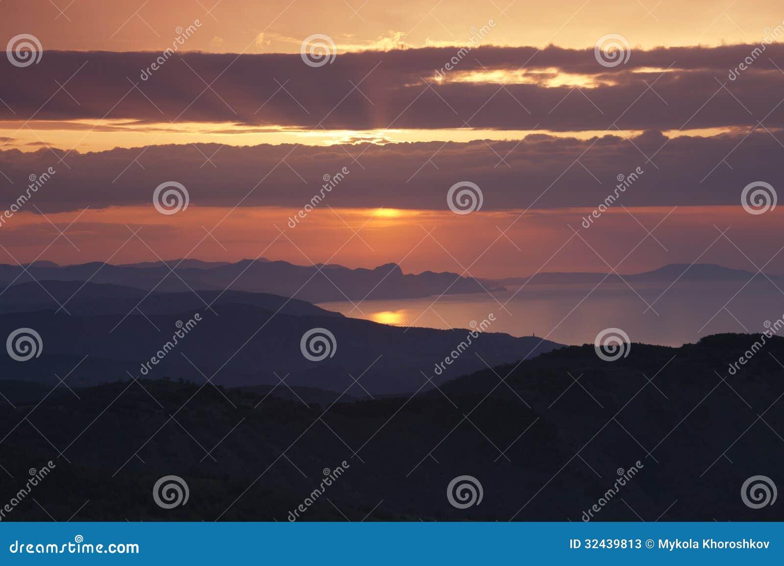 Salida del sol sobre la costa del este del Mar Negro