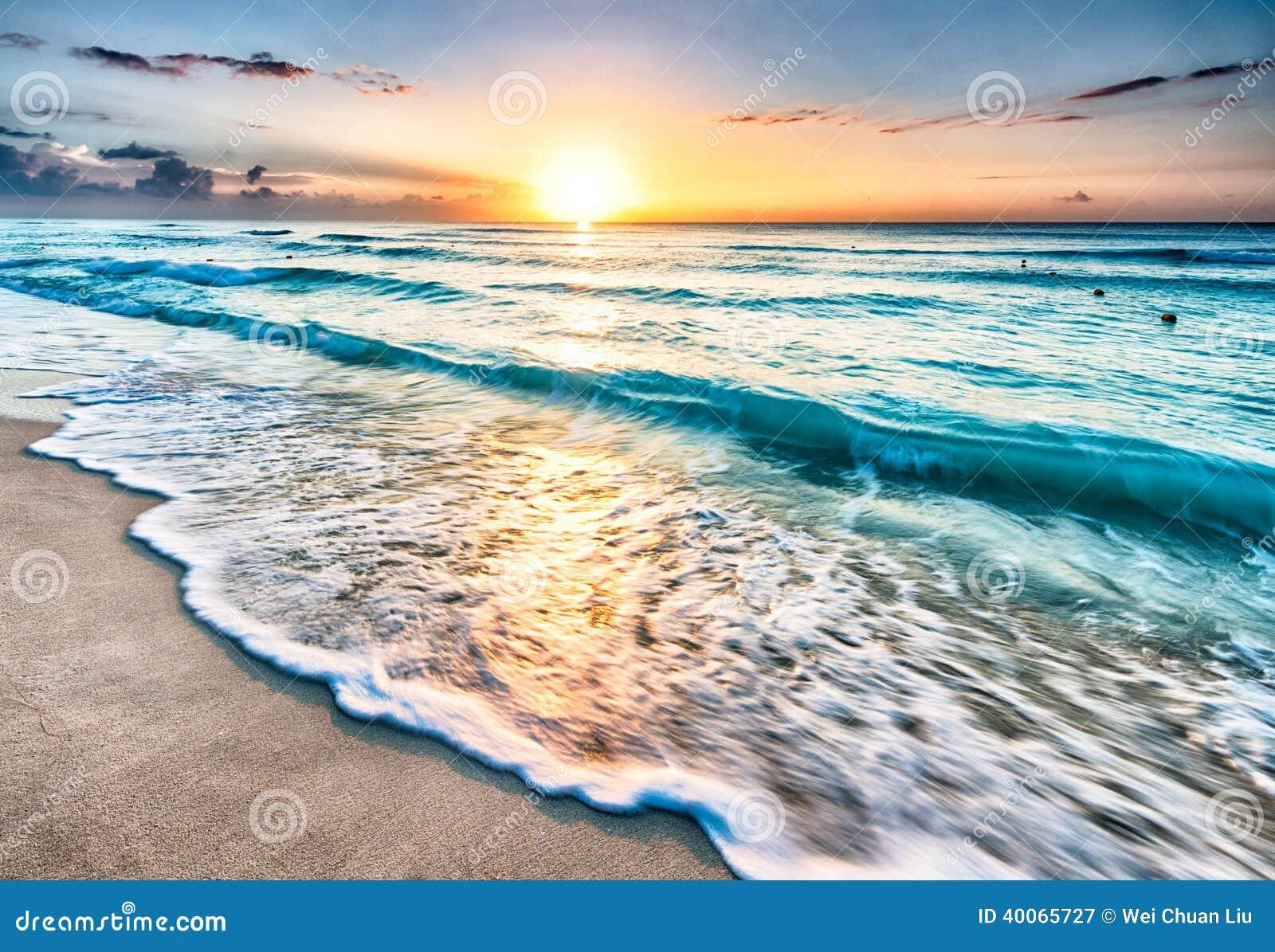 Salida del sol sobre la playa en Cancun