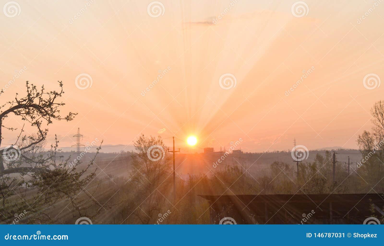 Salida del sol temprana que sorprende en un día de primavera hermoso con un cielo claro brillante