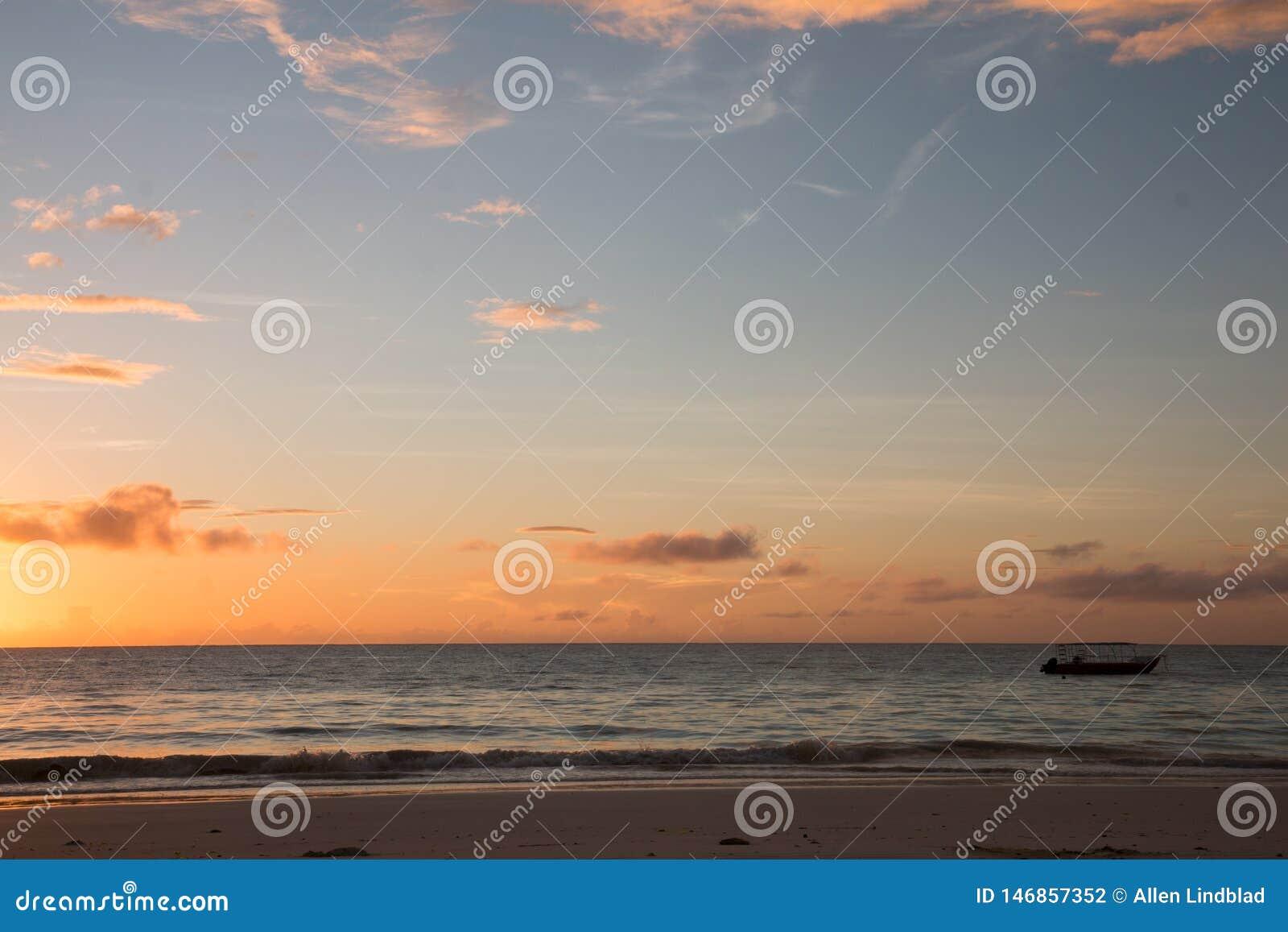 Salida del sol tropical de la playa de Zanzíbar