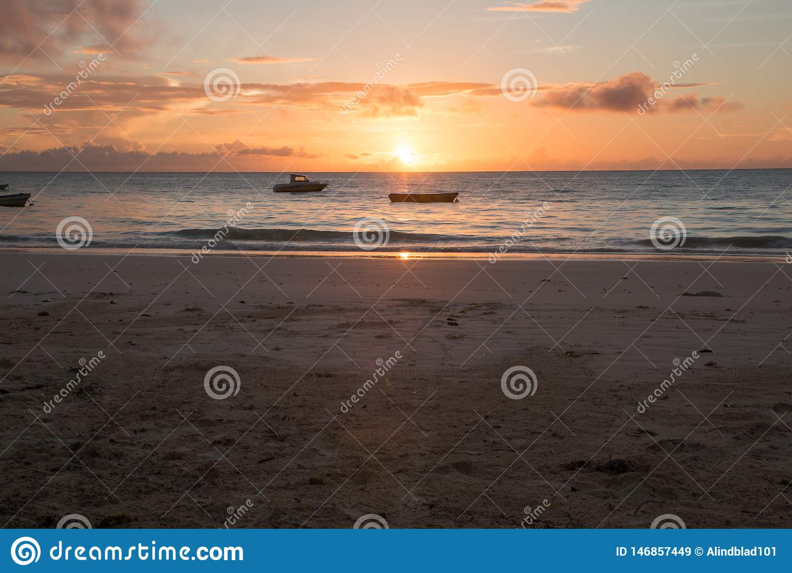 Salida del sol tropical de la playa de Zanz?bar
