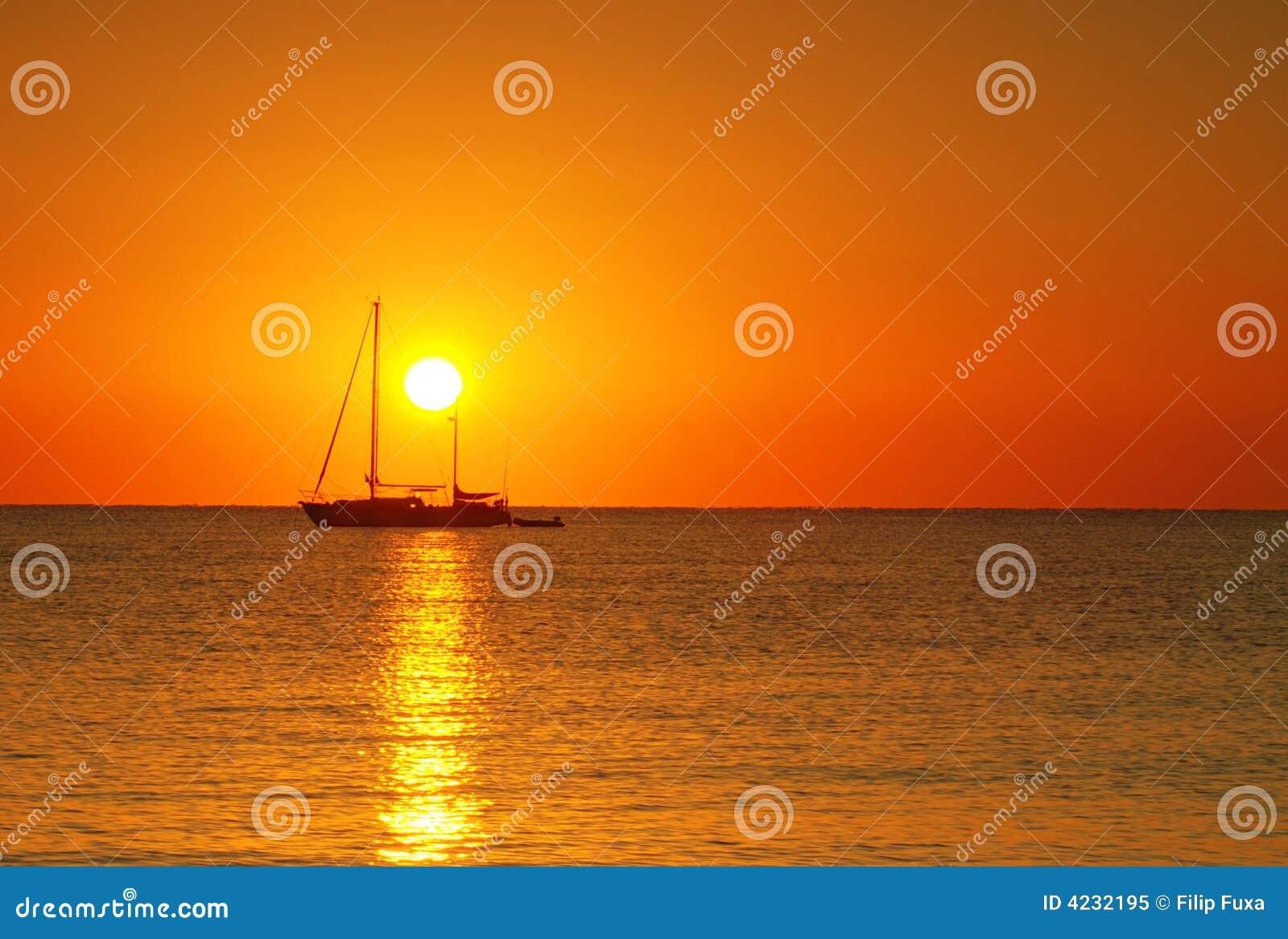 Salida del sol y barco