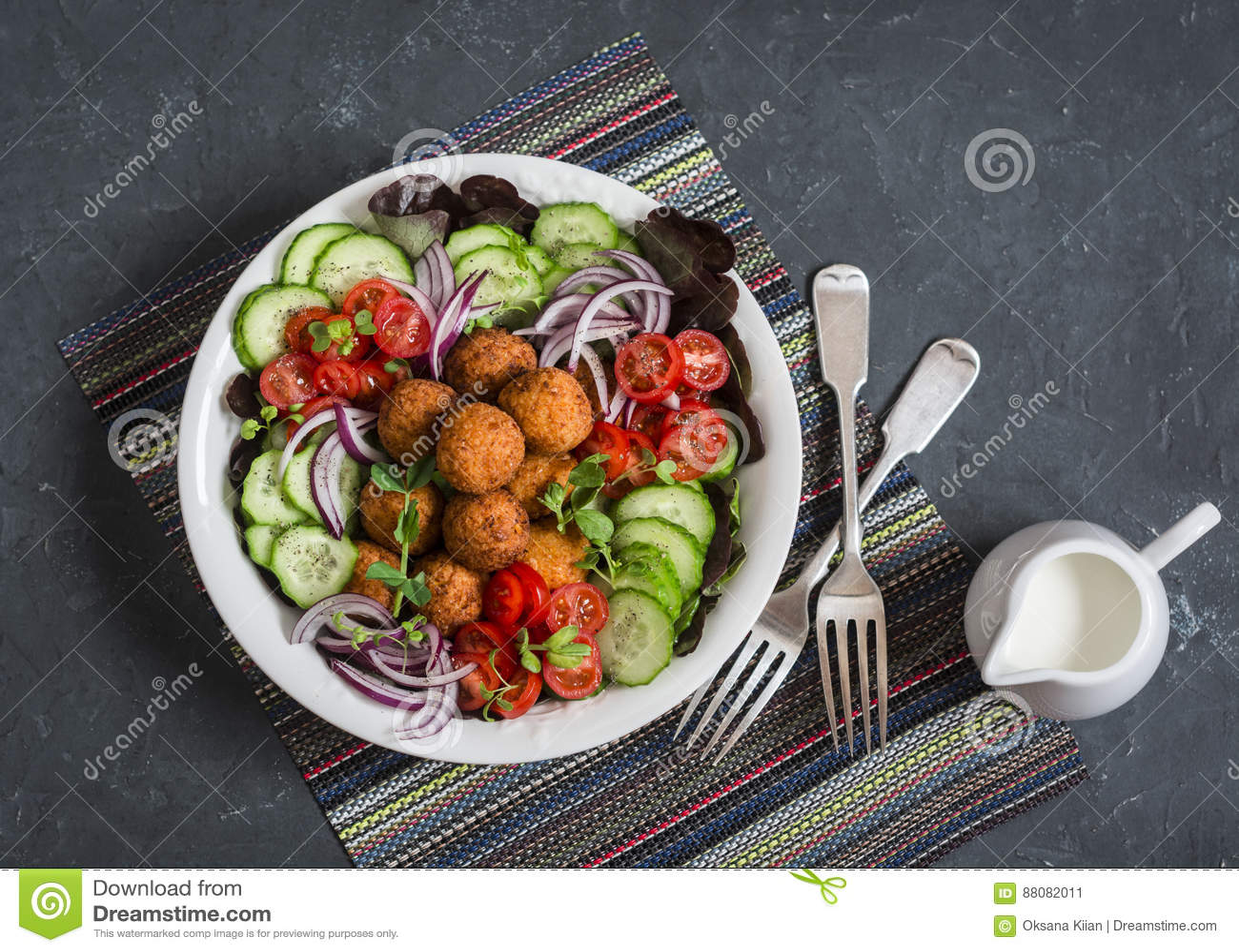 Sallad för Falafel och för nya grönsaker på mörk bakgrund, bästa sikt Vegetarian bantar mat