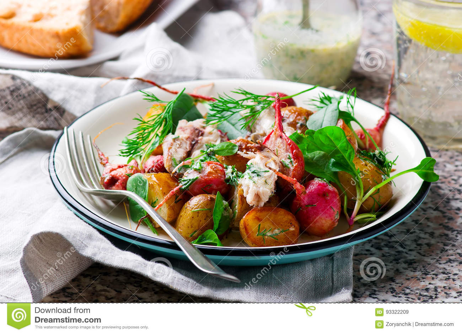 Sallad för makrill för ny potatis för stekrädisa pepprad