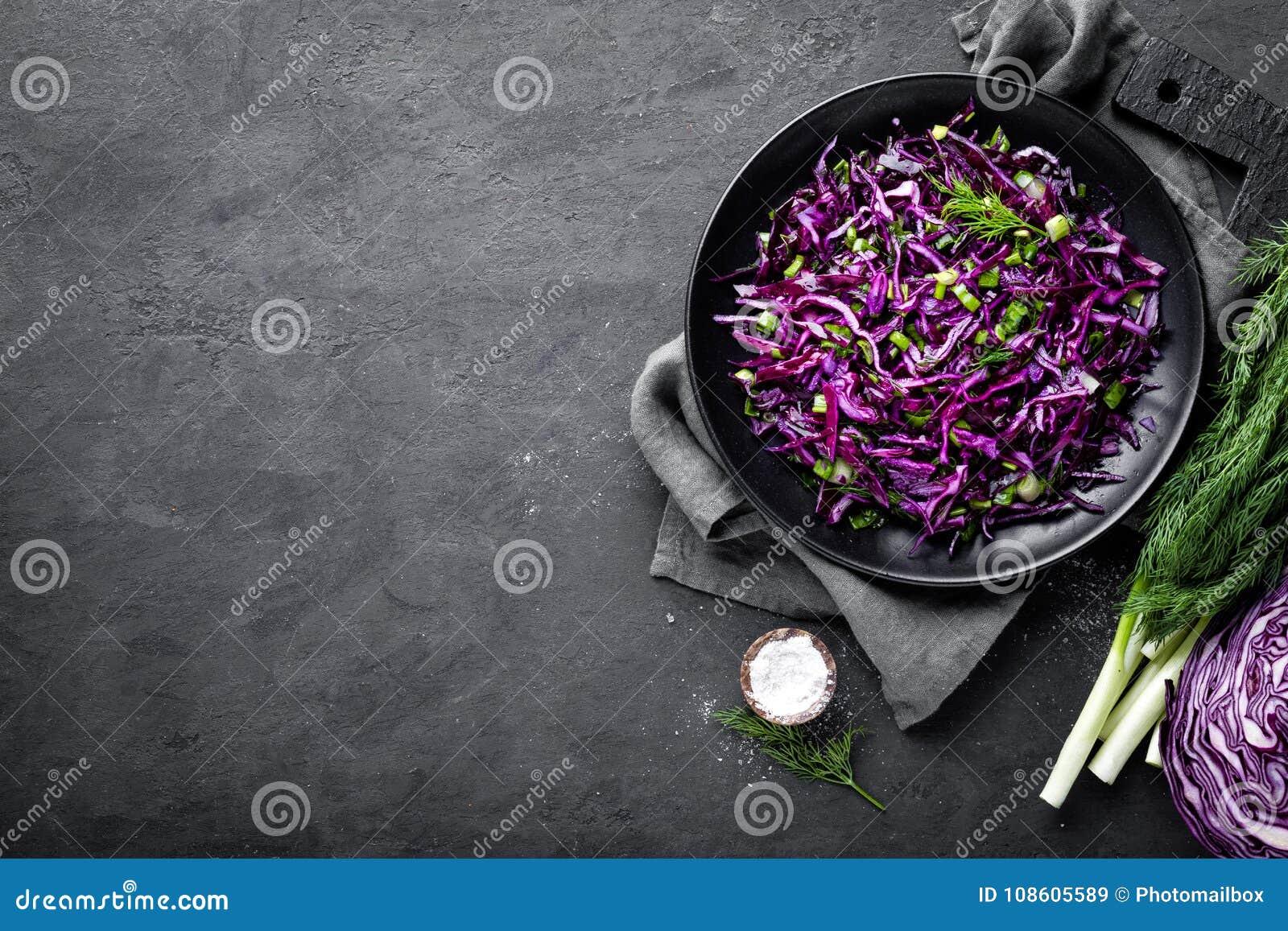 Sallad för röd kål med den ny salladslöken och dill bönagurkor besegrar nya stekte vegetariska märgtomater