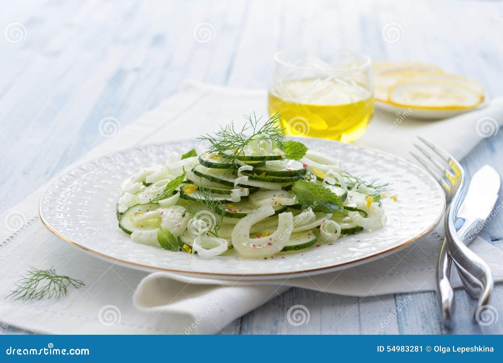Sallad med gurkan, fänkål, salladslökar och mintkaramellen