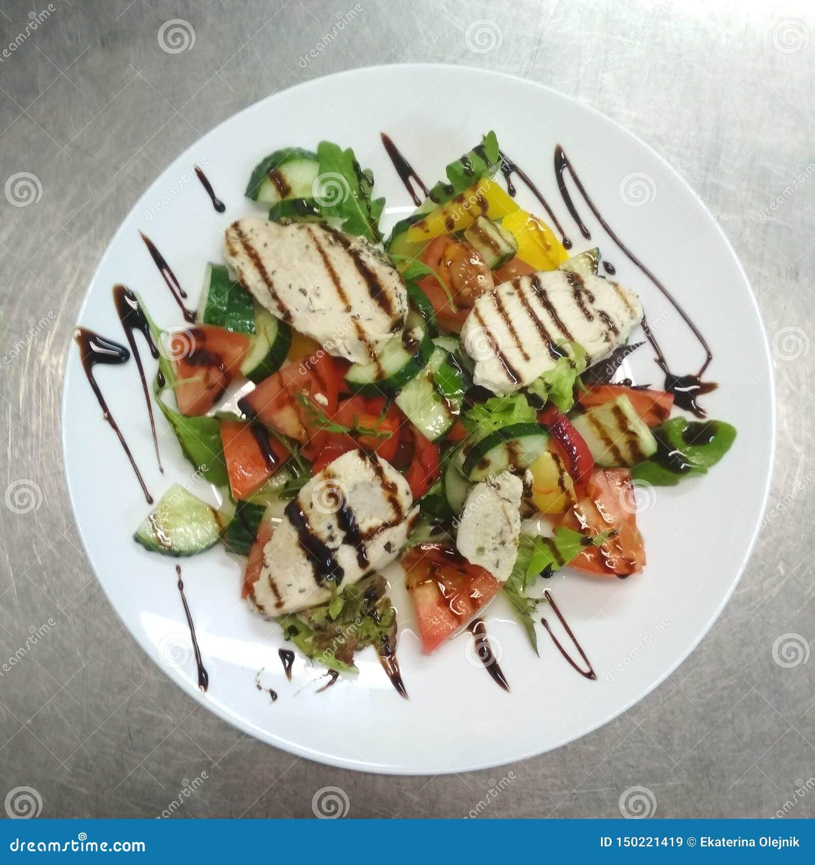 Sallad med kött, tomater, gurkor, peppar, koriander