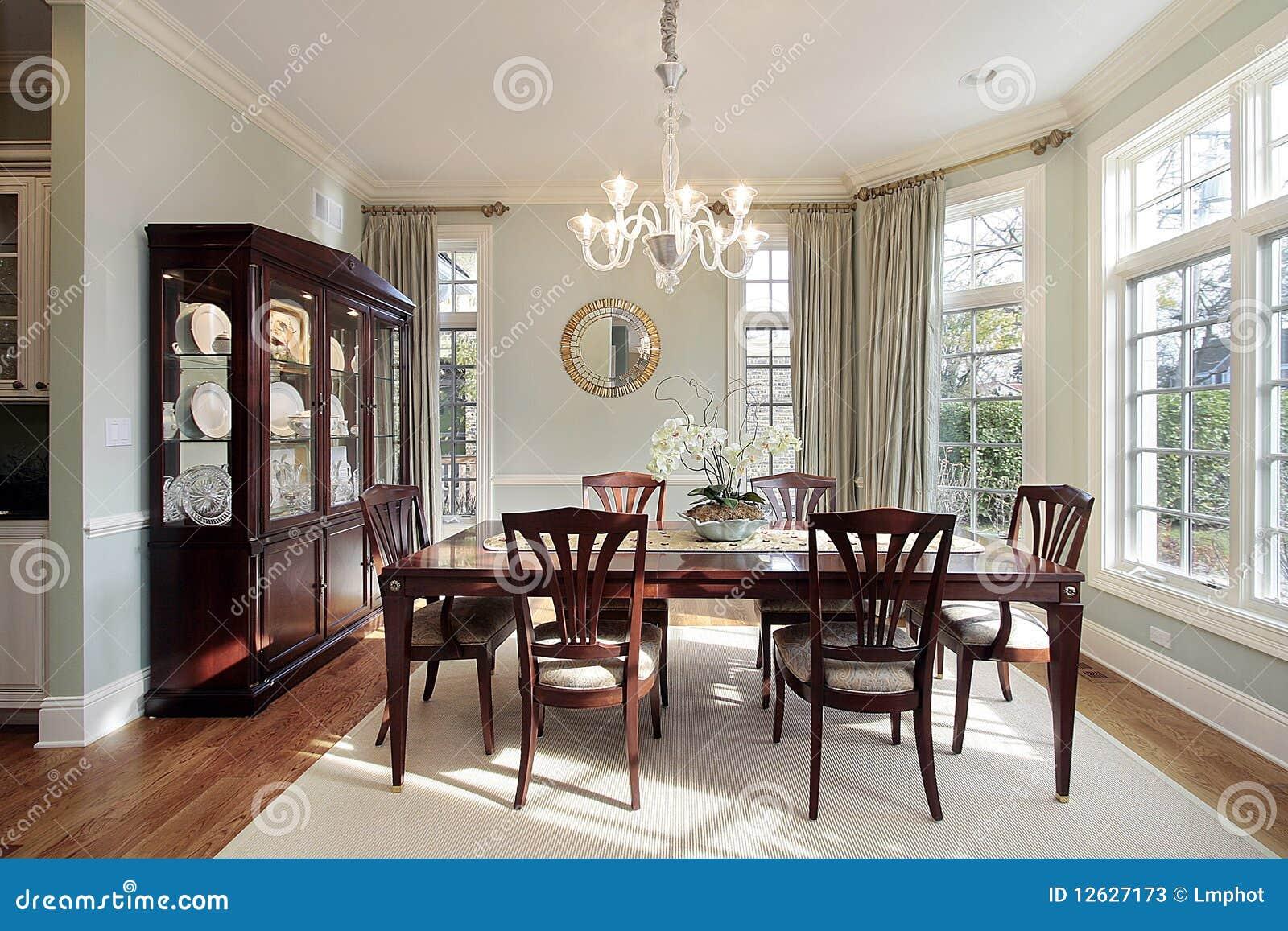salle manger avec des fen tres en saillie image stock image du lumi re ameublement 12627173. Black Bedroom Furniture Sets. Home Design Ideas