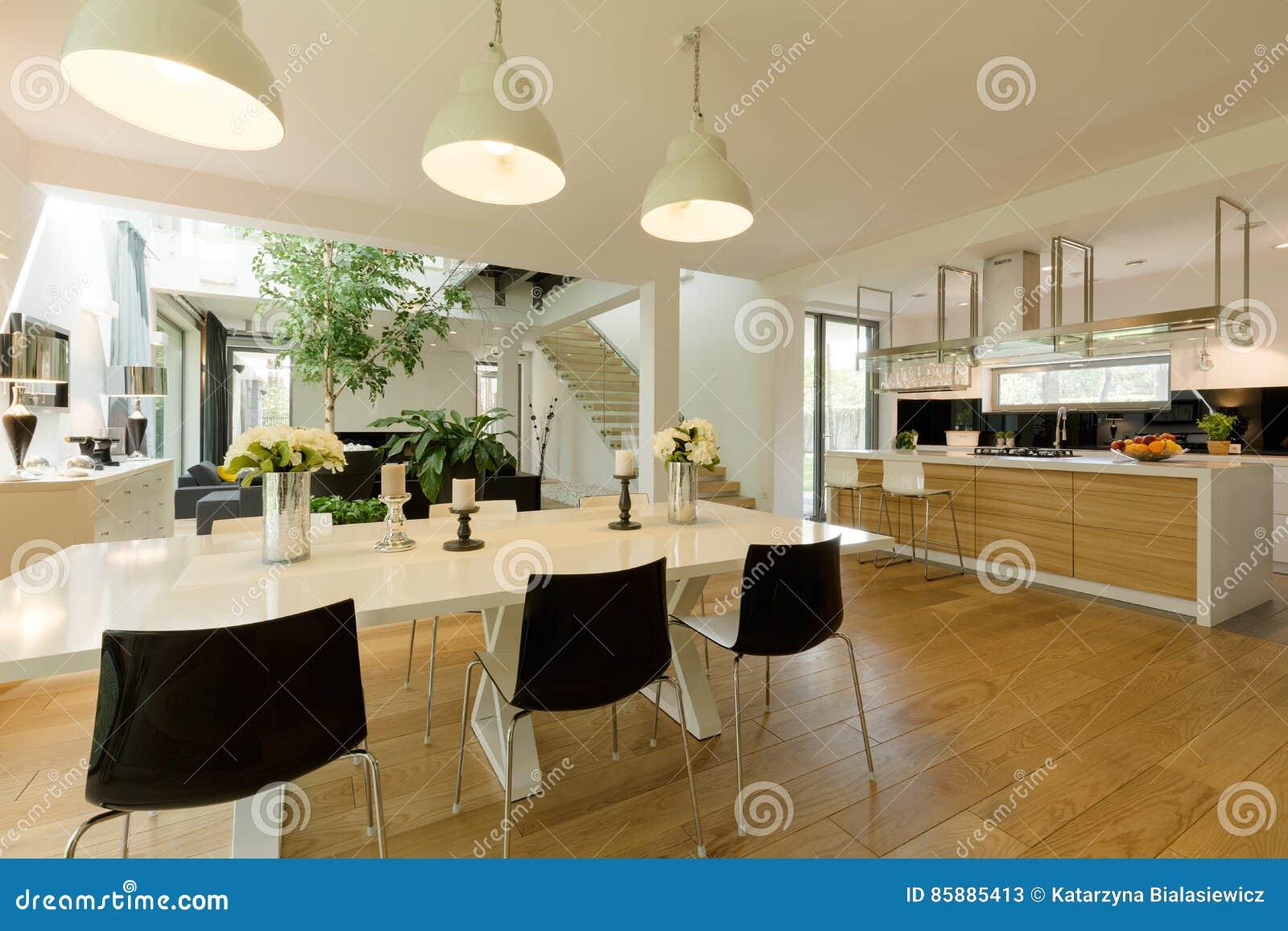 Salle à Manger Avec La Table Blanche Et Les Chaises Noires Image ...