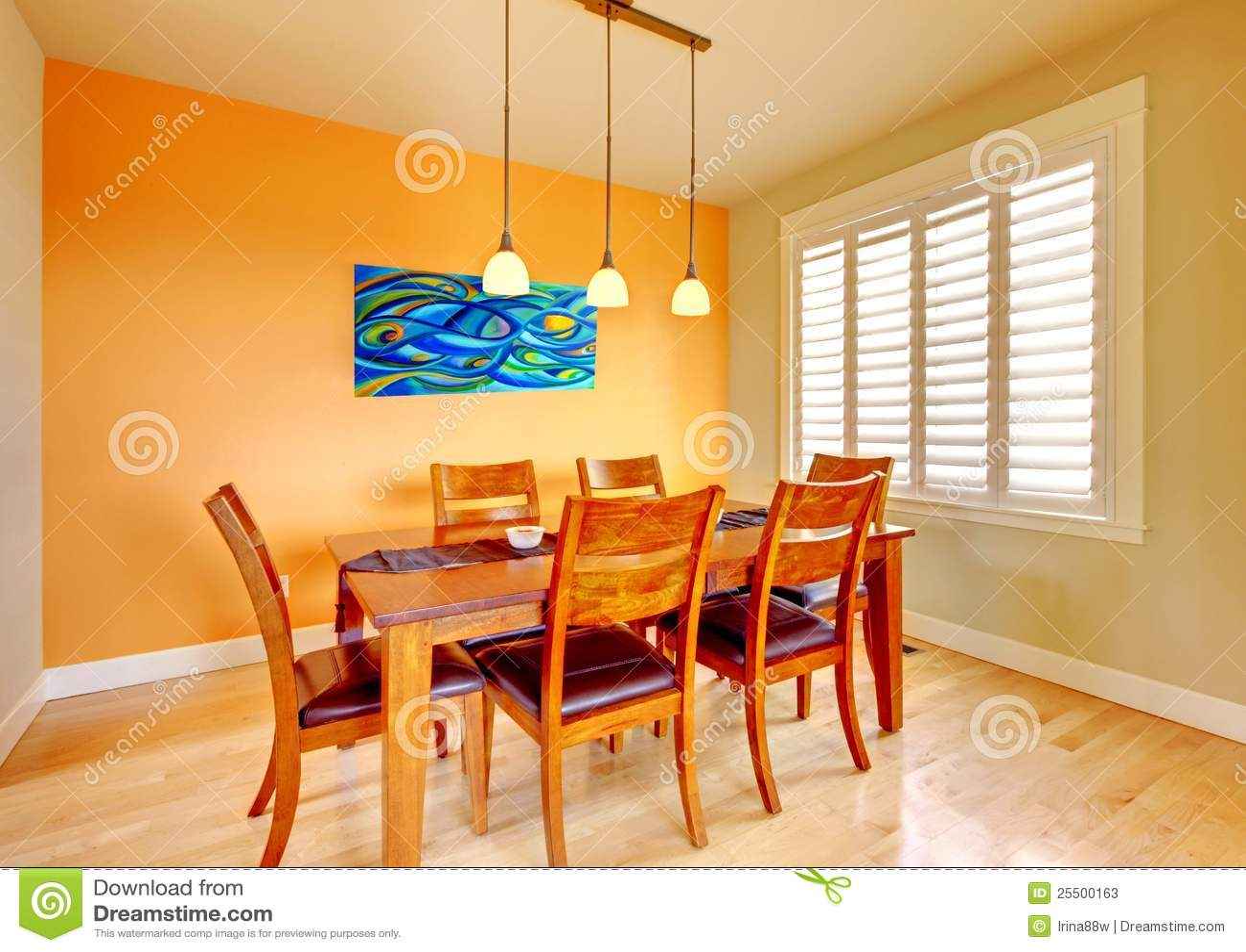 Salle manger avec la table bleue de peinture et en bois for Salle a manger orange