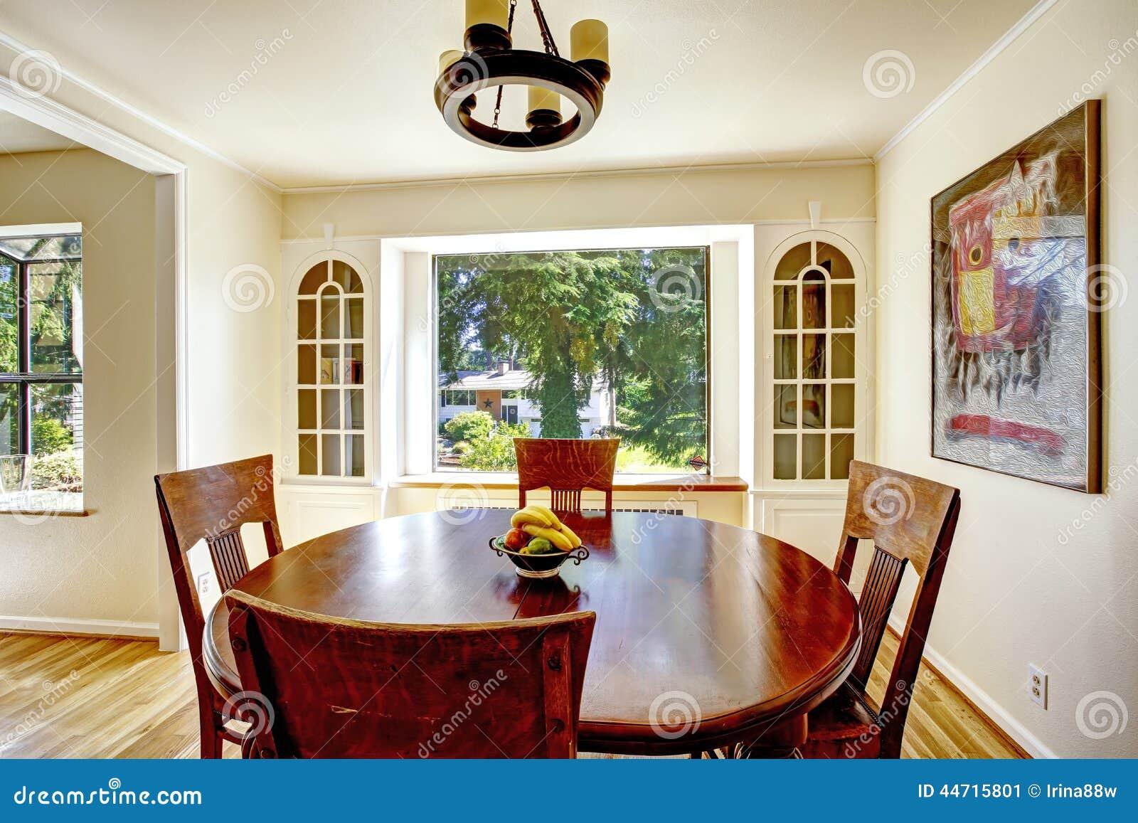 Salle A Manger Avec La Table En Bois Ronde Image Stock Image Du