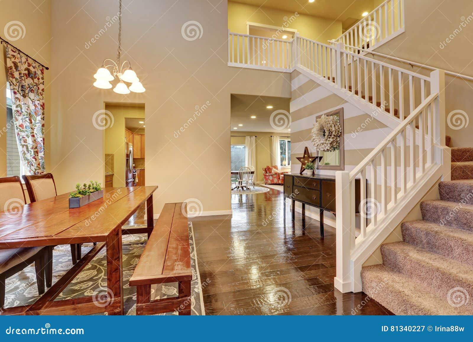 Salle à Manger Avec La Table Et Le Banc En Bois Rustiques Image