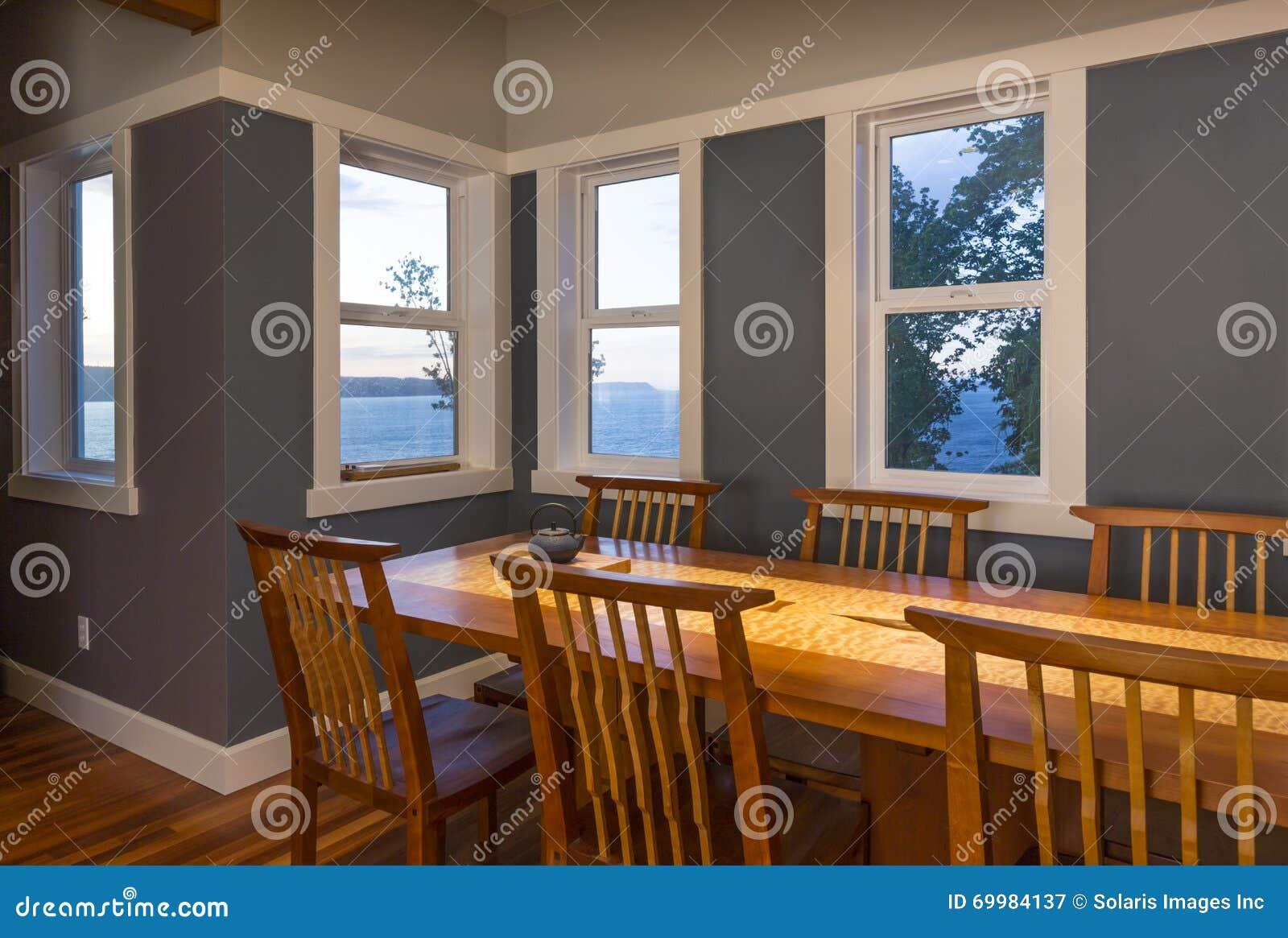 Salle manger avec la table et les chaises et les for Table salle manger avec 8 chaises