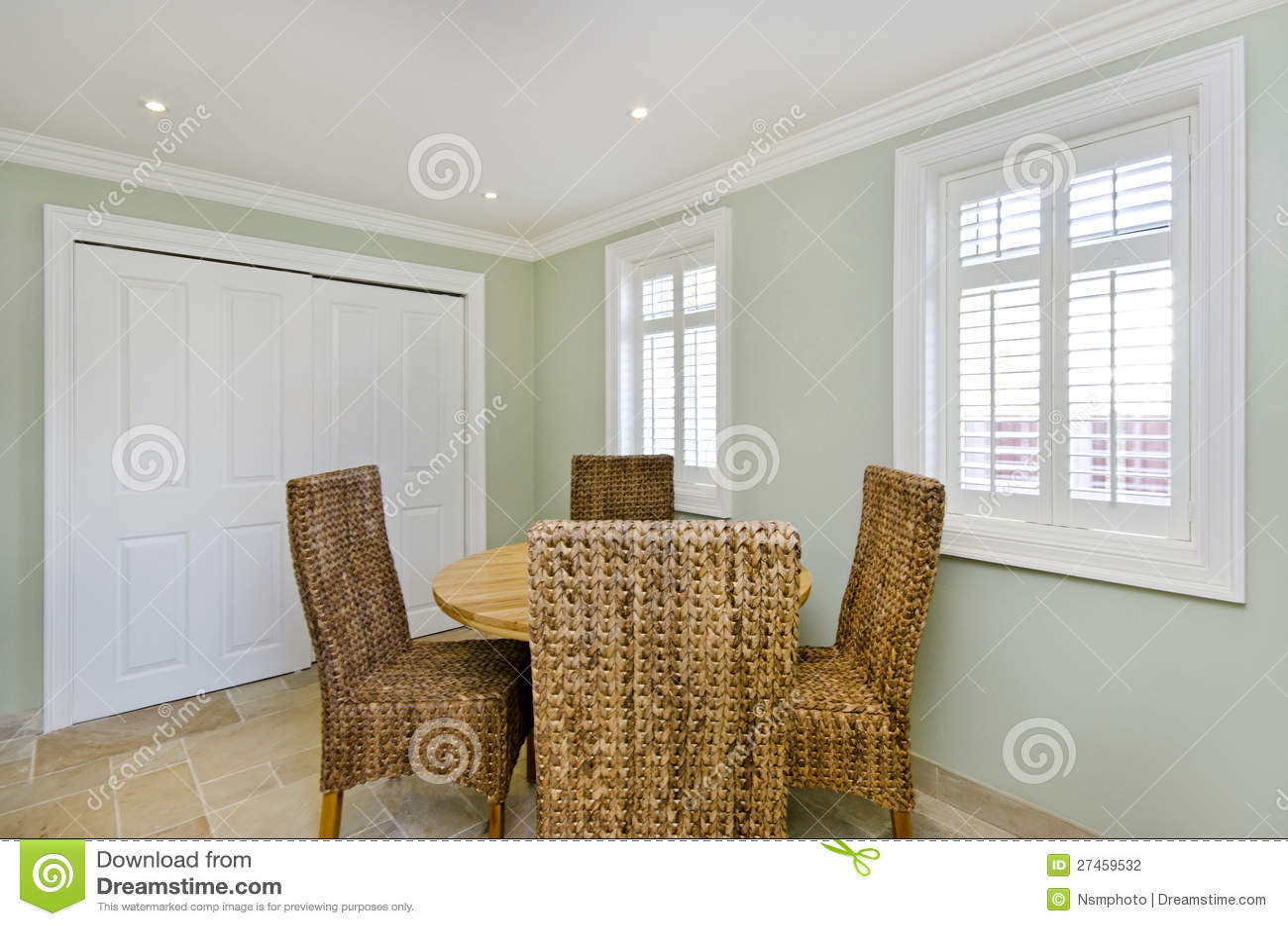 Salle à Manger Avec Les Chaises En Bois De Table Et De Rotin Photo ...