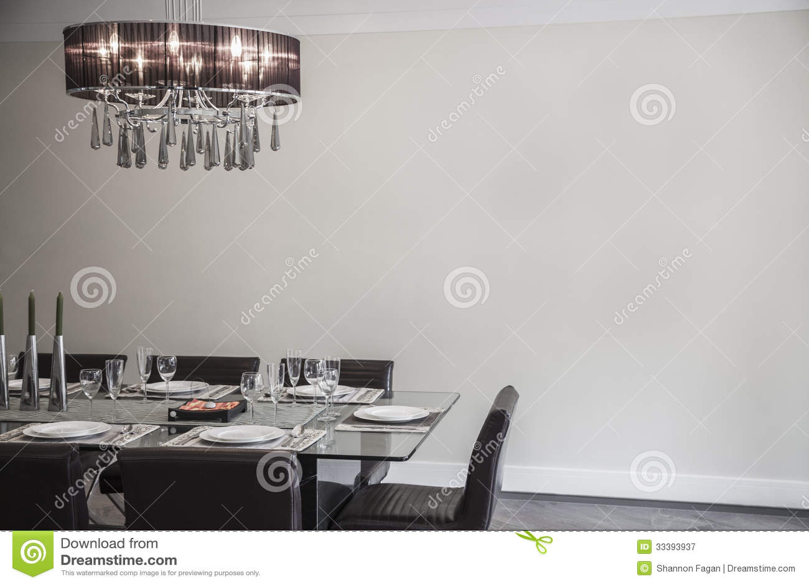 Salle manger avec les meubles et le lustre modernes for Lustres salle a manger