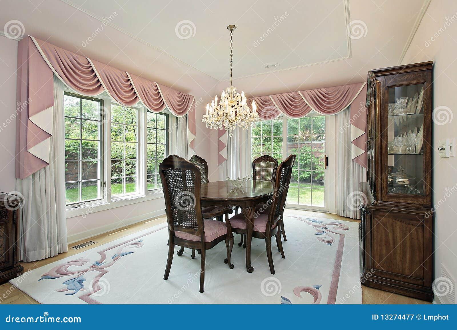 Salle à Manger Avec Les Rideaux Roses Photographie stock libre de ...