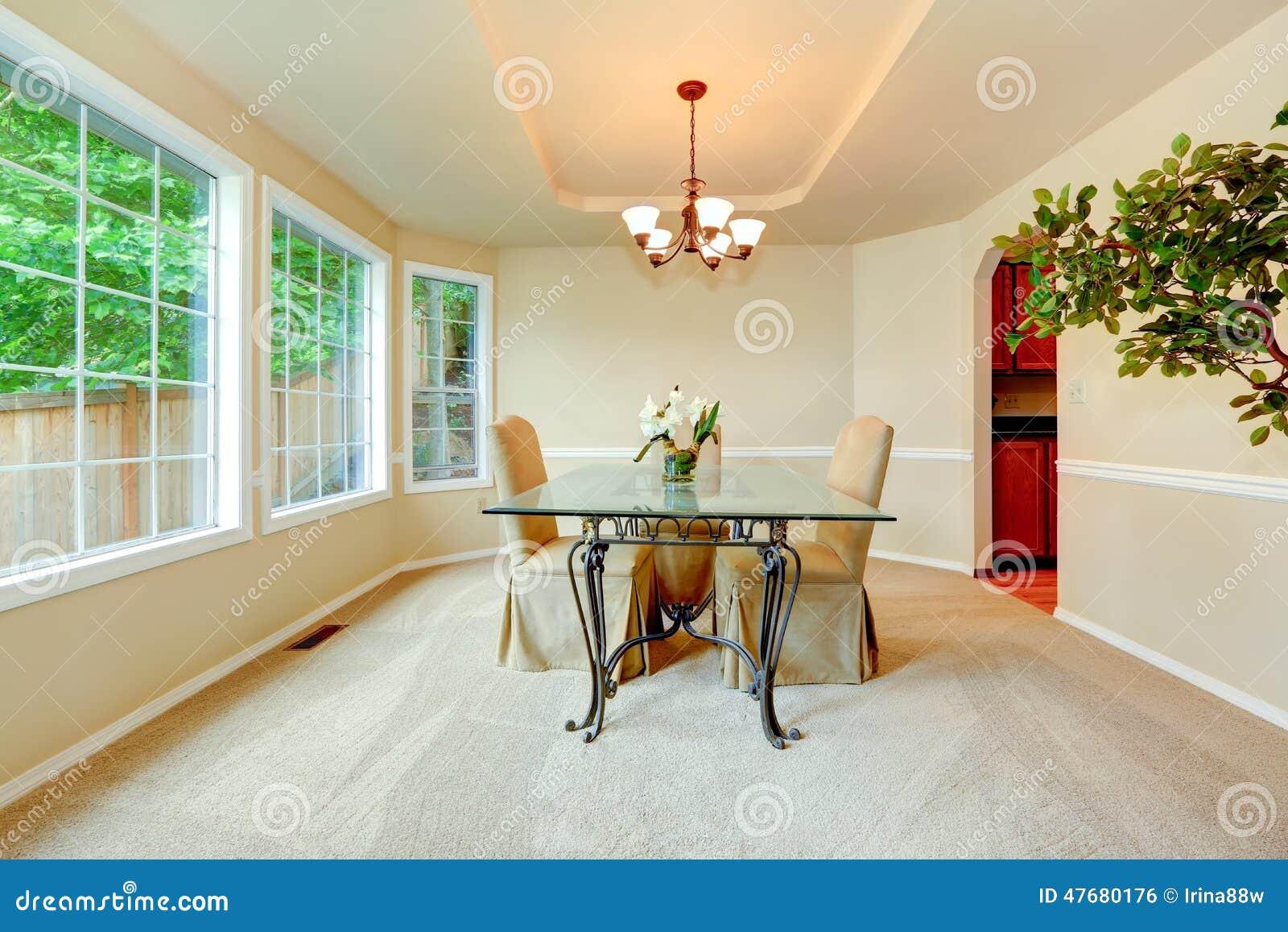 Attirant Salle à Manger De Luxe Avec La Porte Fenêtre, Les Murs Ens Ivoire Avec Les  Bâtis Blancs Et Lu0027ensemble élégant De Table De Salle à Manger