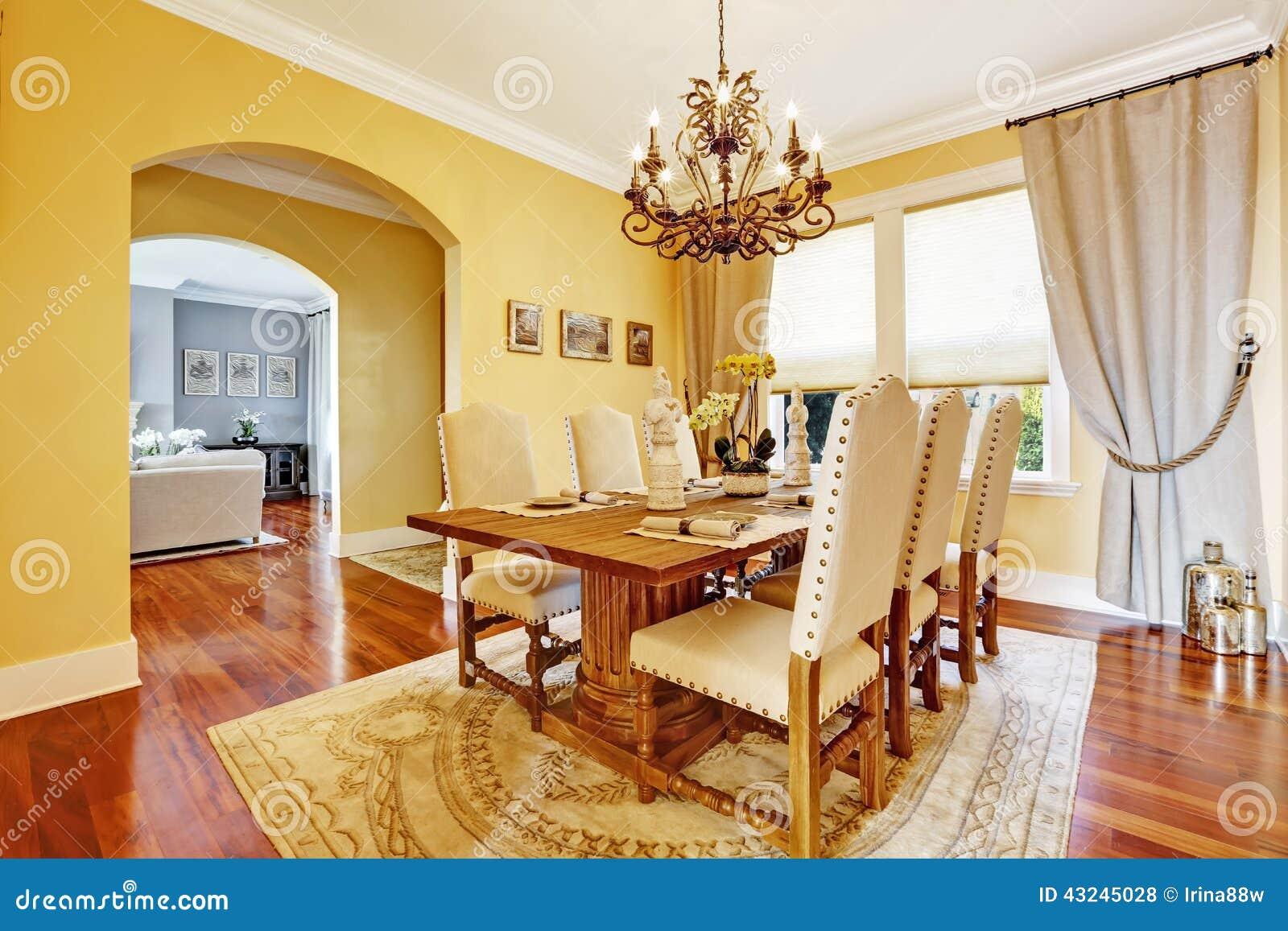 salle manger de luxe avec la table en bois d coup e photo stock image 43245028. Black Bedroom Furniture Sets. Home Design Ideas