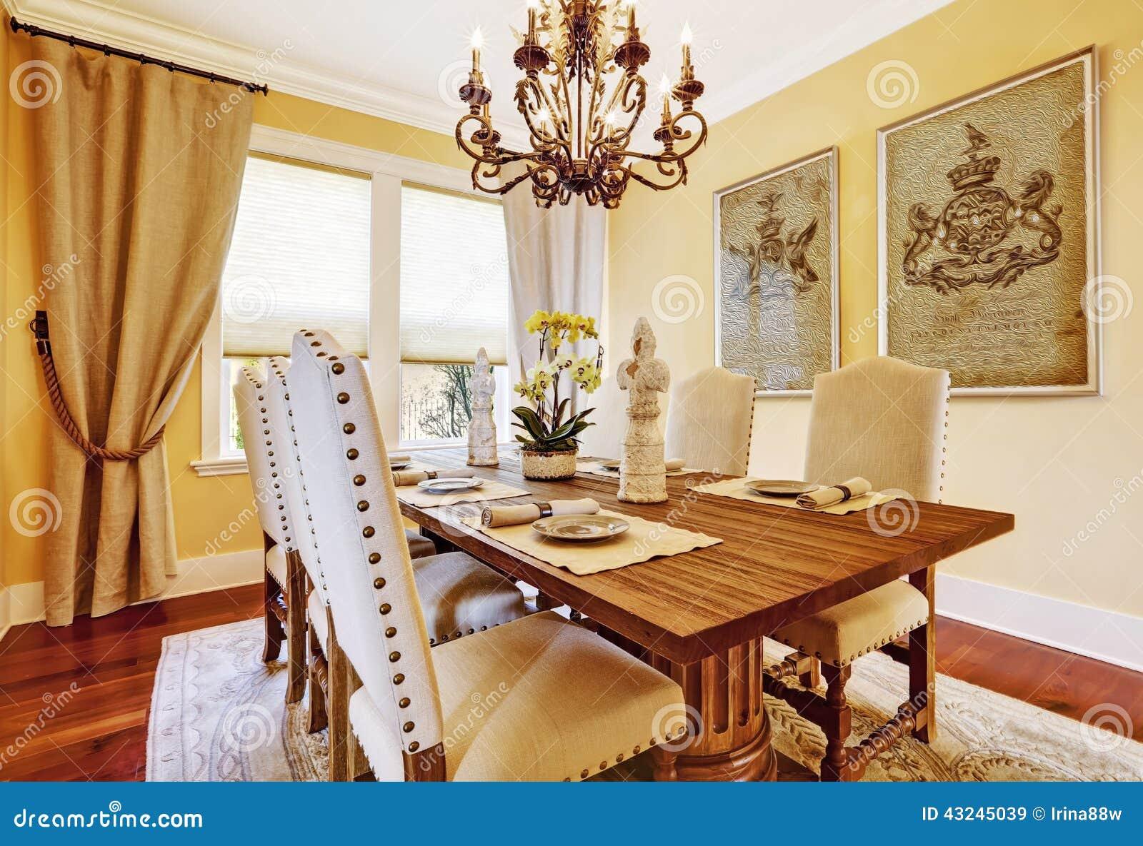 salle à manger de luxe avec la table en bois découpée