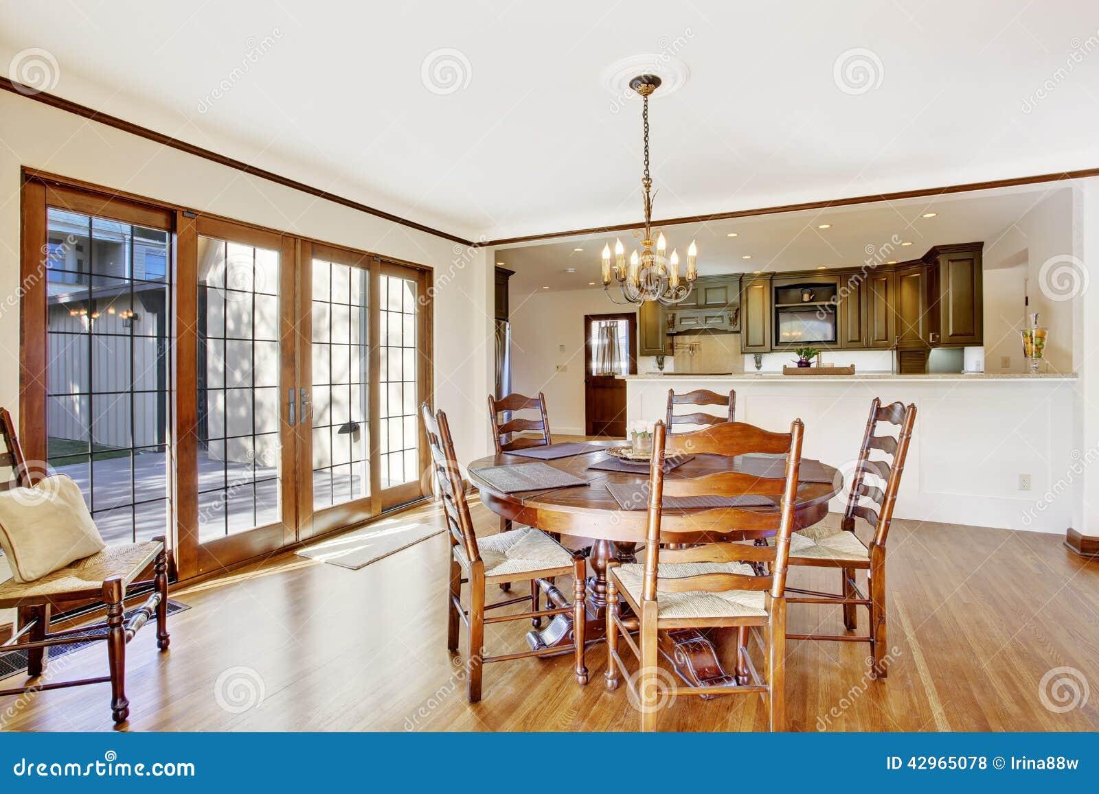 Salle manger de luxe avec la table ronde et les chaises for Salle a manger de luxe en bois