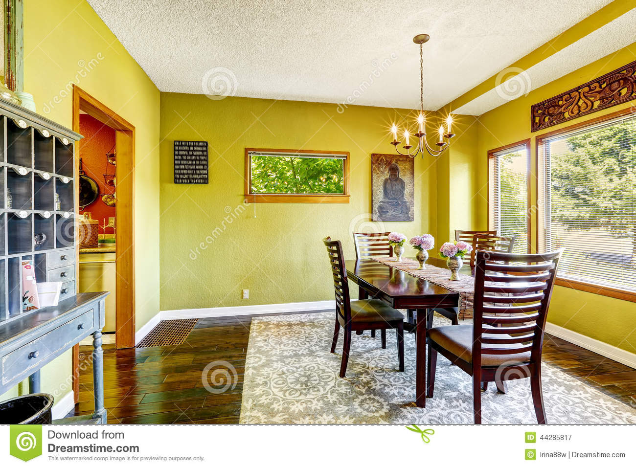 Salle manger jaune lumineuse image stock image du for Salle a manger jaune moutarde