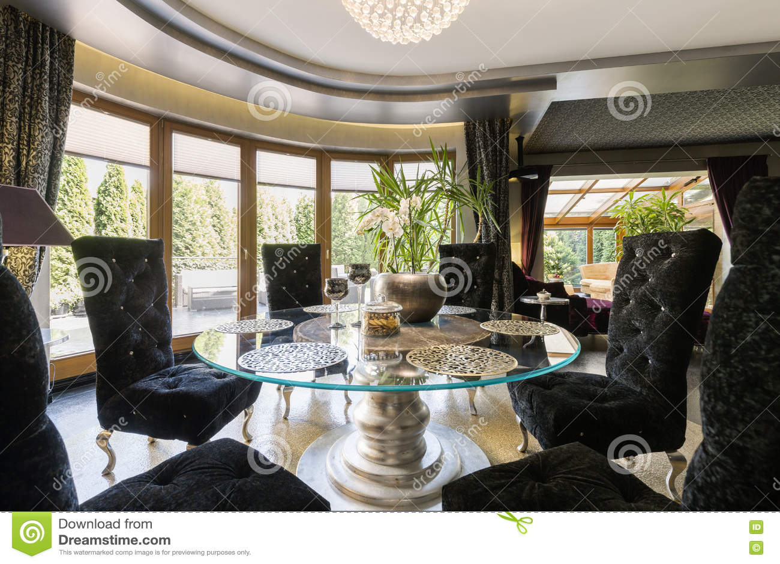Salle A Manger Luxueuse Avec La Table En Verre Image Stock Image