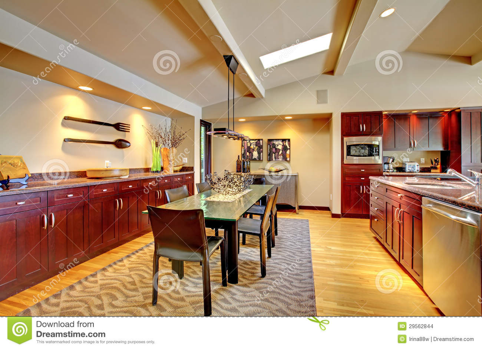 salle manger moderne de luxe avec la cuisine d 39 acajou photo stock image du cr ateur beige. Black Bedroom Furniture Sets. Home Design Ideas