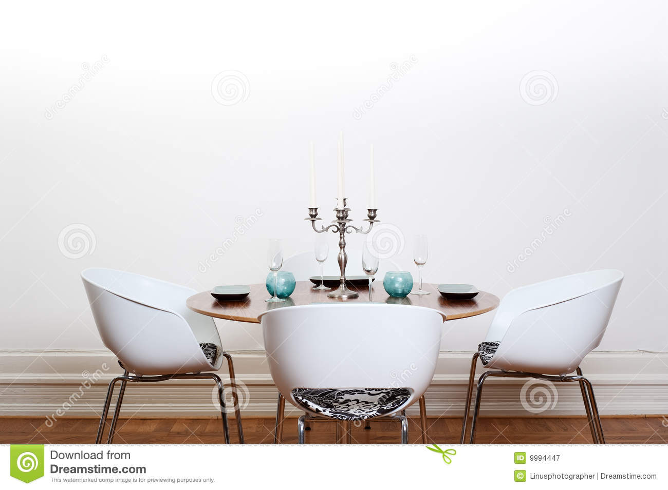 Salle manger moderne table ronde photographie stock for Table ronde moderne salle a manger