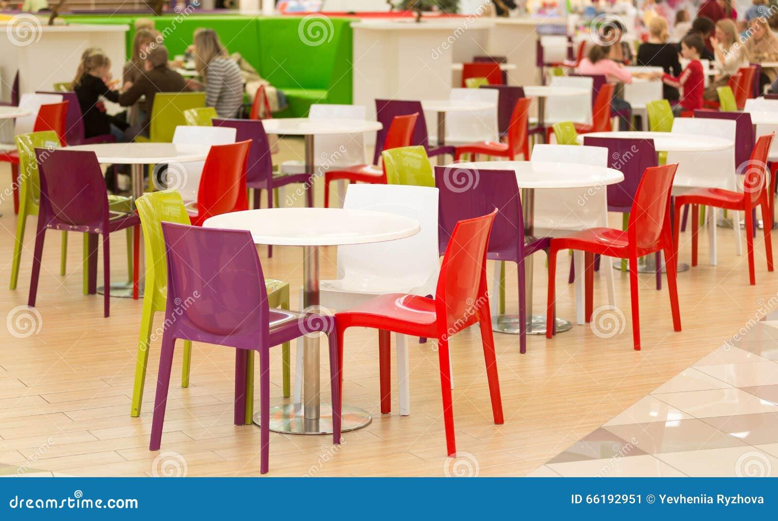 Salle A Manger Publique Avec Les Chaises Et Les Tables En Plastique