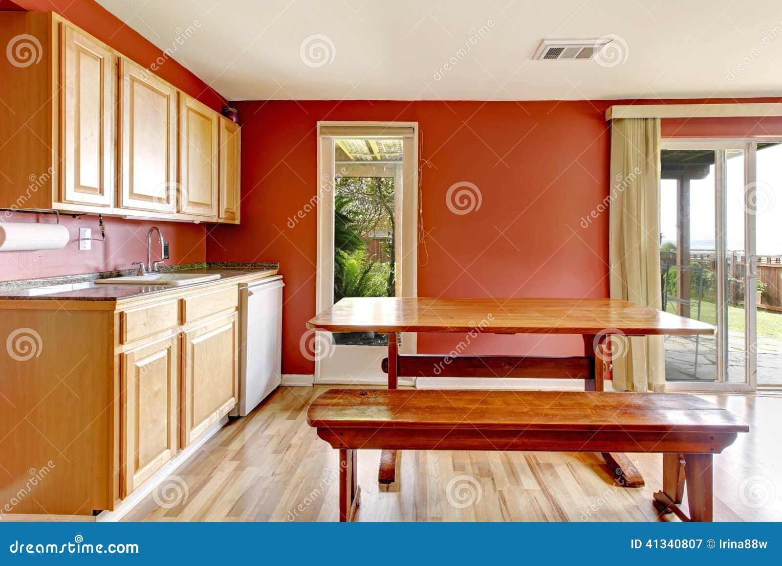 Salle A Manger Rouge Avec La Table Et Le Banc Rustiques