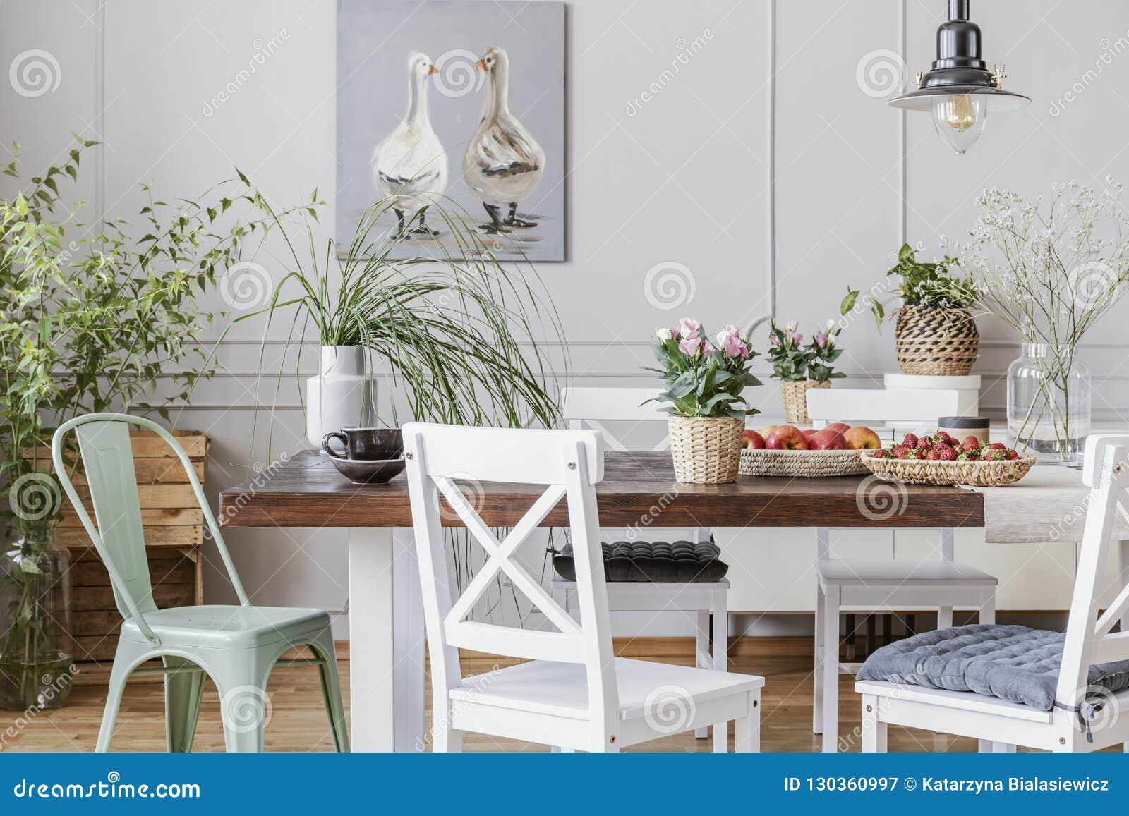 Salle à Manger Rustique Avec La Longue Table Et Les Chaises ...