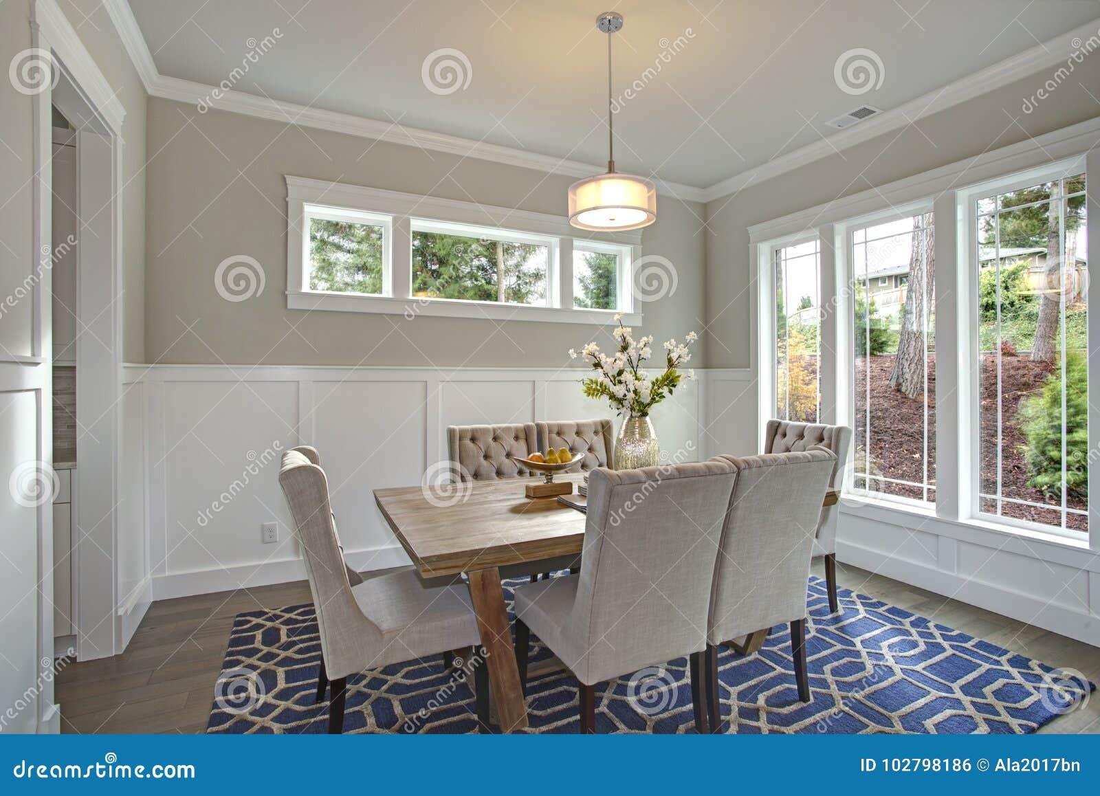 Salle à manger transitoire élégante avec des murs de conseil et de latte