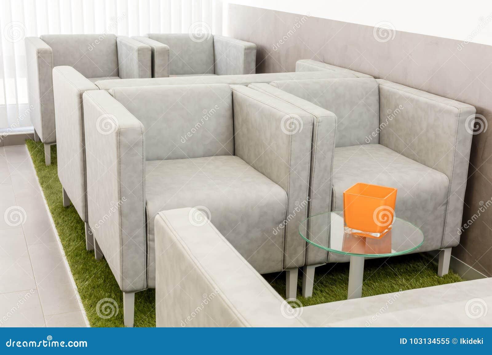 Salle D Attente Moderne Avec Les Fauteuils Et La Table Image Stock