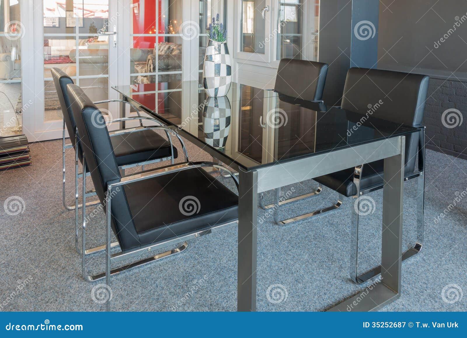 Salle d 39 exposition de magasin de meubles avec la table et for Les chaises modernes