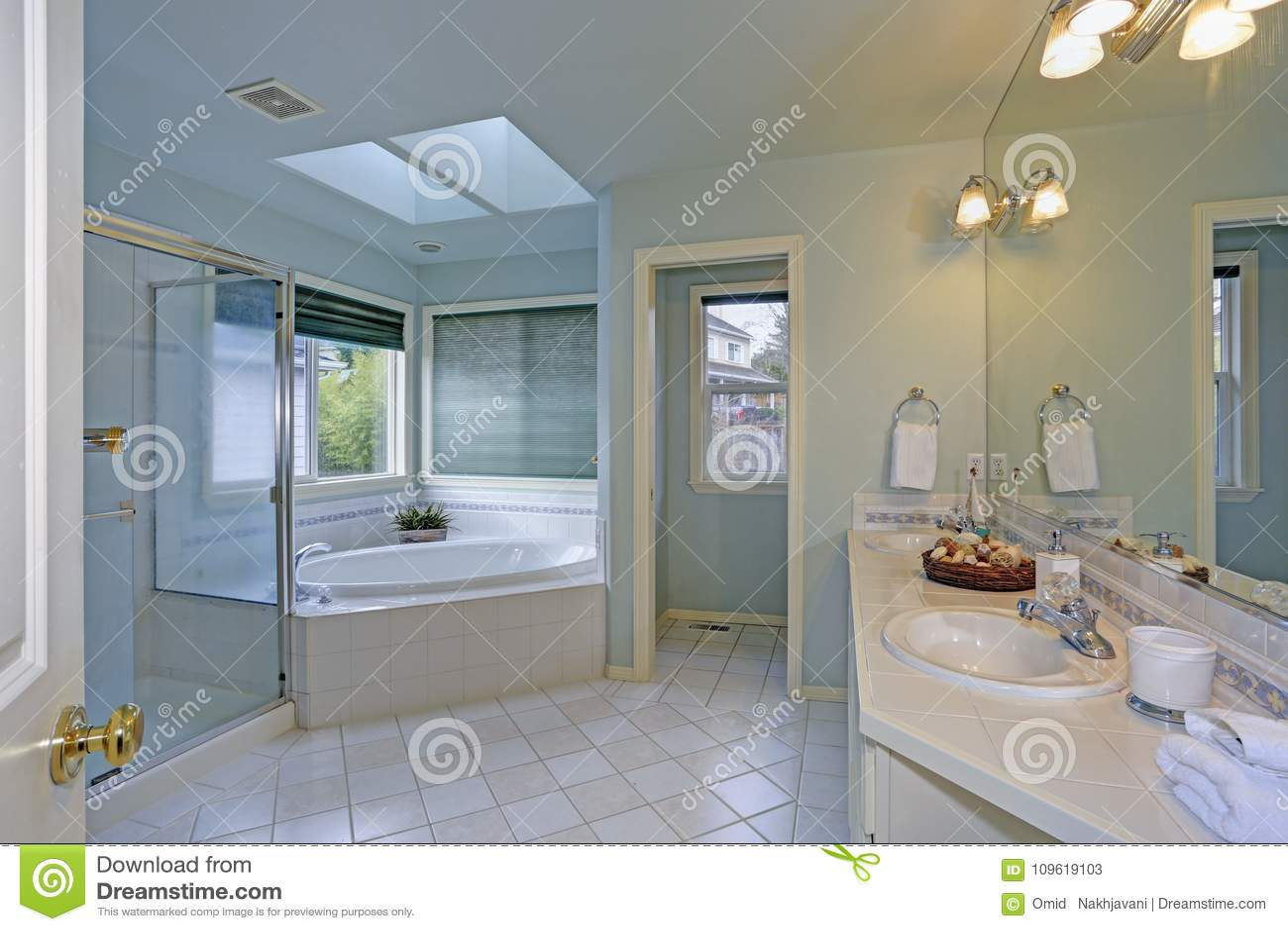 Meuble Haut Salle De Bain Ikea ~ Salle De Bains L Gante Avec La Lucarne Image Stock Image Du