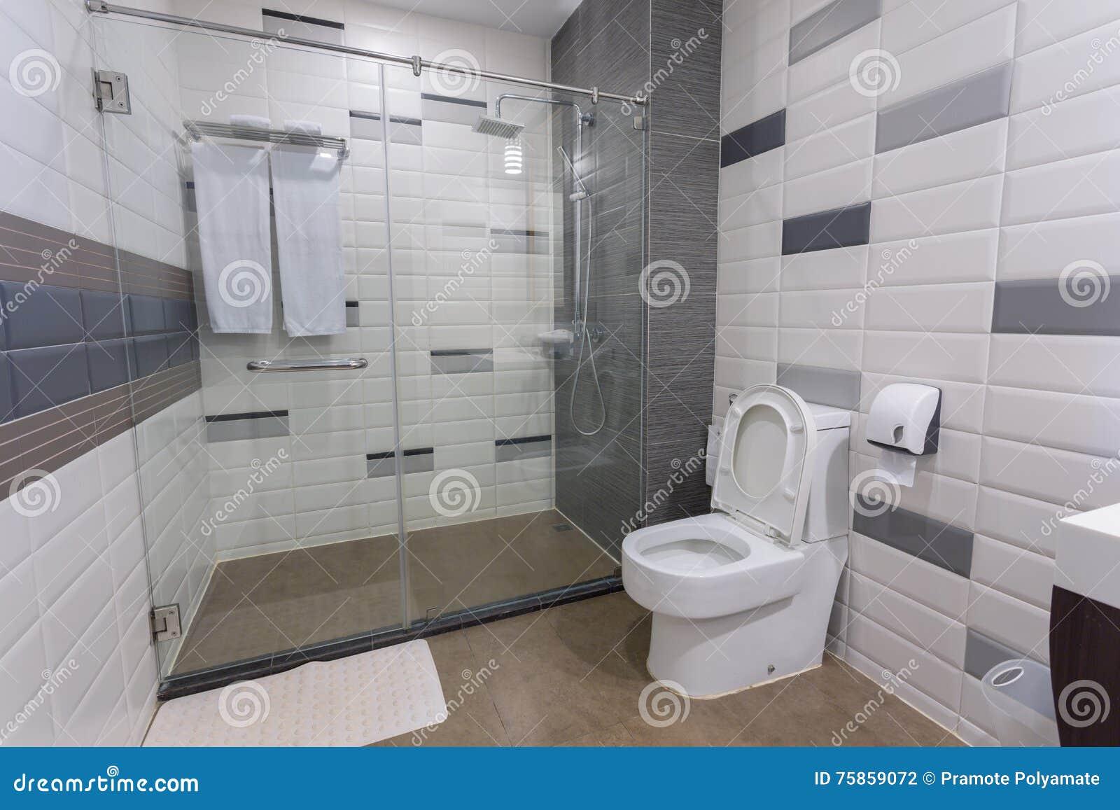 Salle de bains photo stock. Image du luxe, spacieux ...