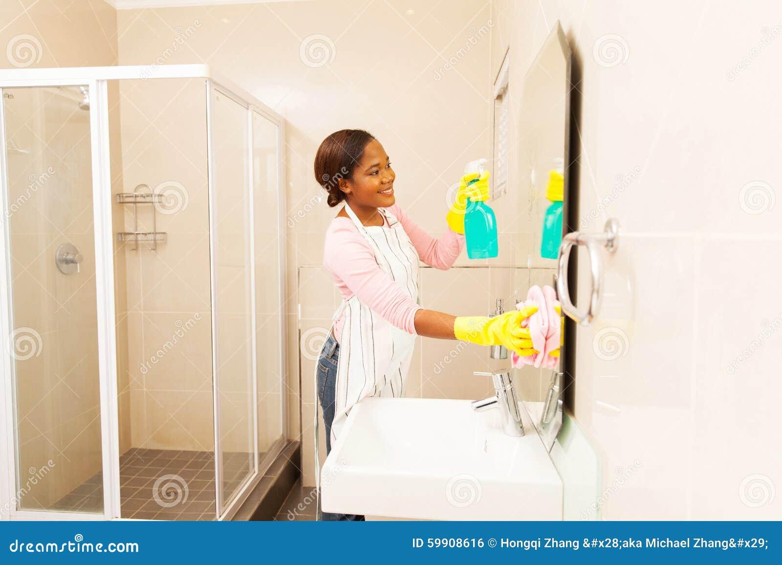 Plante Salle De Bain Lumineuse ~ Salle De Bains Africaine De Nettoyage De Femme Photo Stock Image