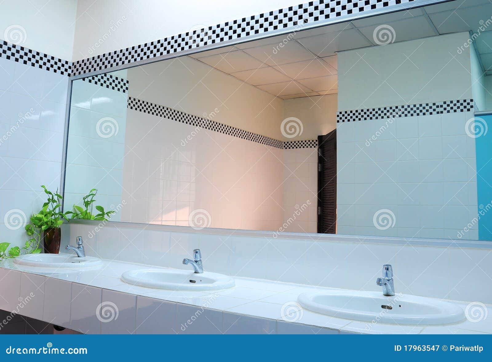 salle de bains au bureau handbasin et miroir dans la toilette image stock image du handbasin. Black Bedroom Furniture Sets. Home Design Ideas