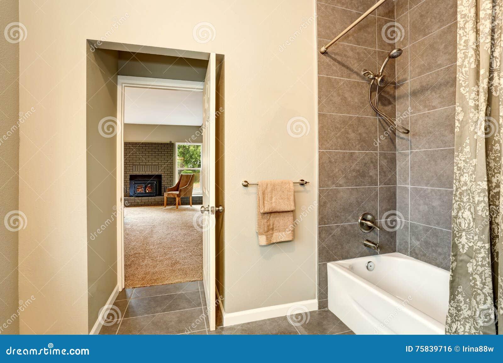 Salle De Bain Ouverte Sur Chambre Design ~ salle de bains avec l quilibre de tuile vue de porte ouverte la