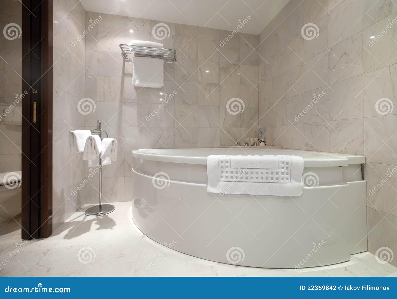 Salle de bains avec la baignoire faisante le coin photo for Desserte de salle de bain