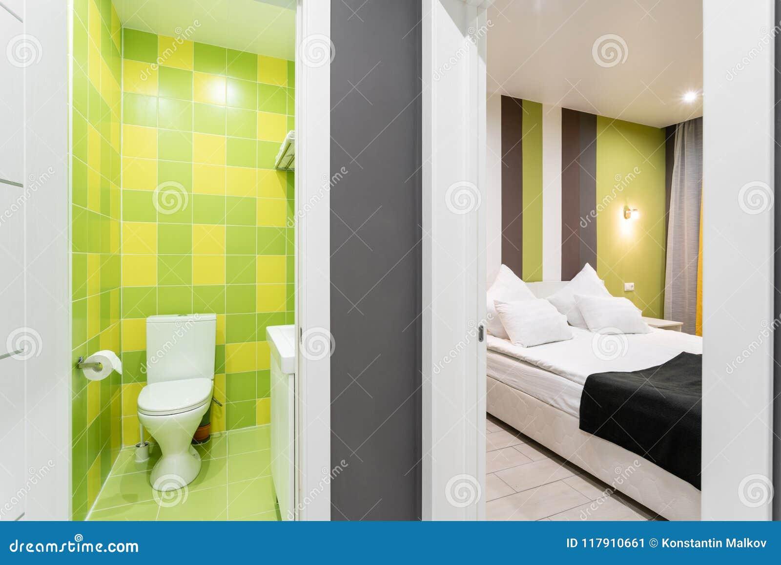 Salle De Bains Avec La Douche, La Cuvette Des Toilettes Et L\'évier ...