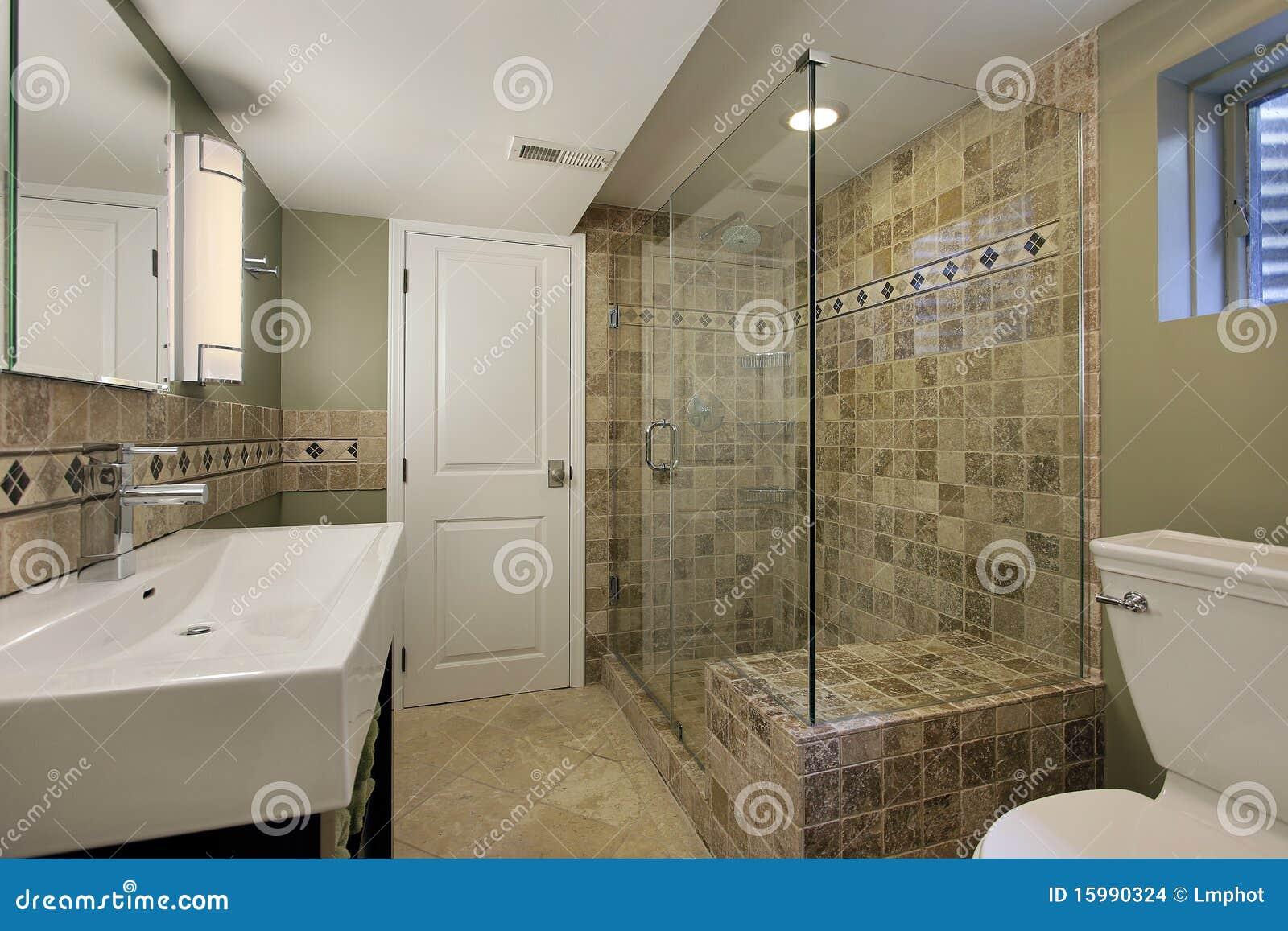 Salle de bains avec la douche en verre