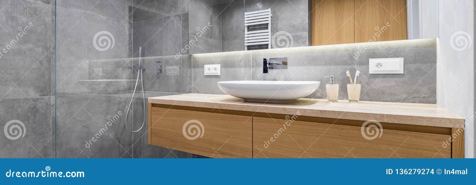 Salle de bains avec la douche et le miroir