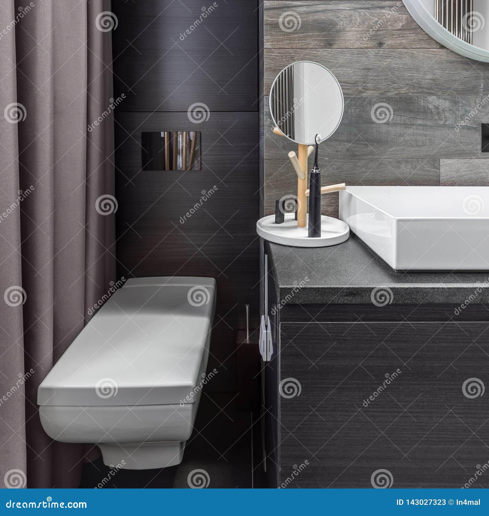 Salle De Bains Avec La Toilette Fixée Au Mur Image stock ...