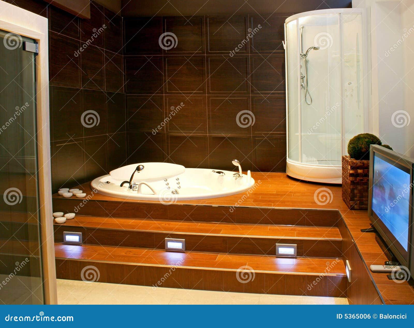 Tele Salle De Bain salle de bains avec la tv photo stock. image du ressource