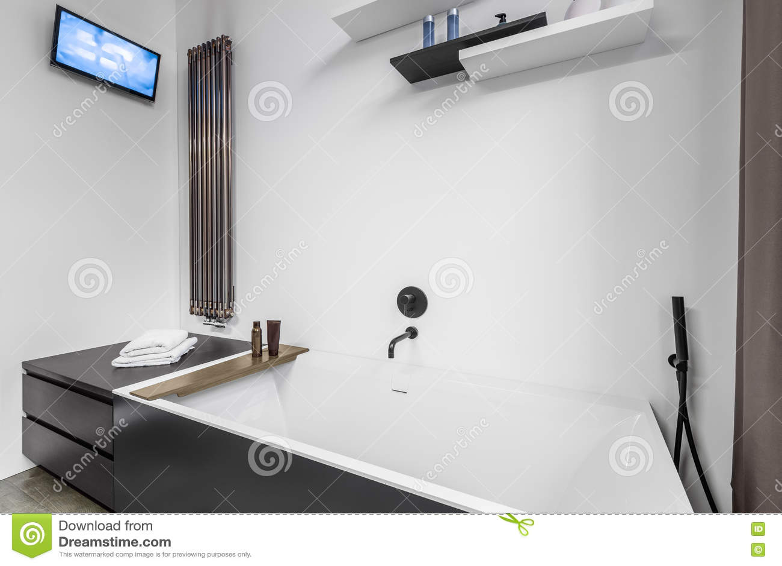 Tele Salle De Bain salle de bains avec la tv et la baignoire image stock