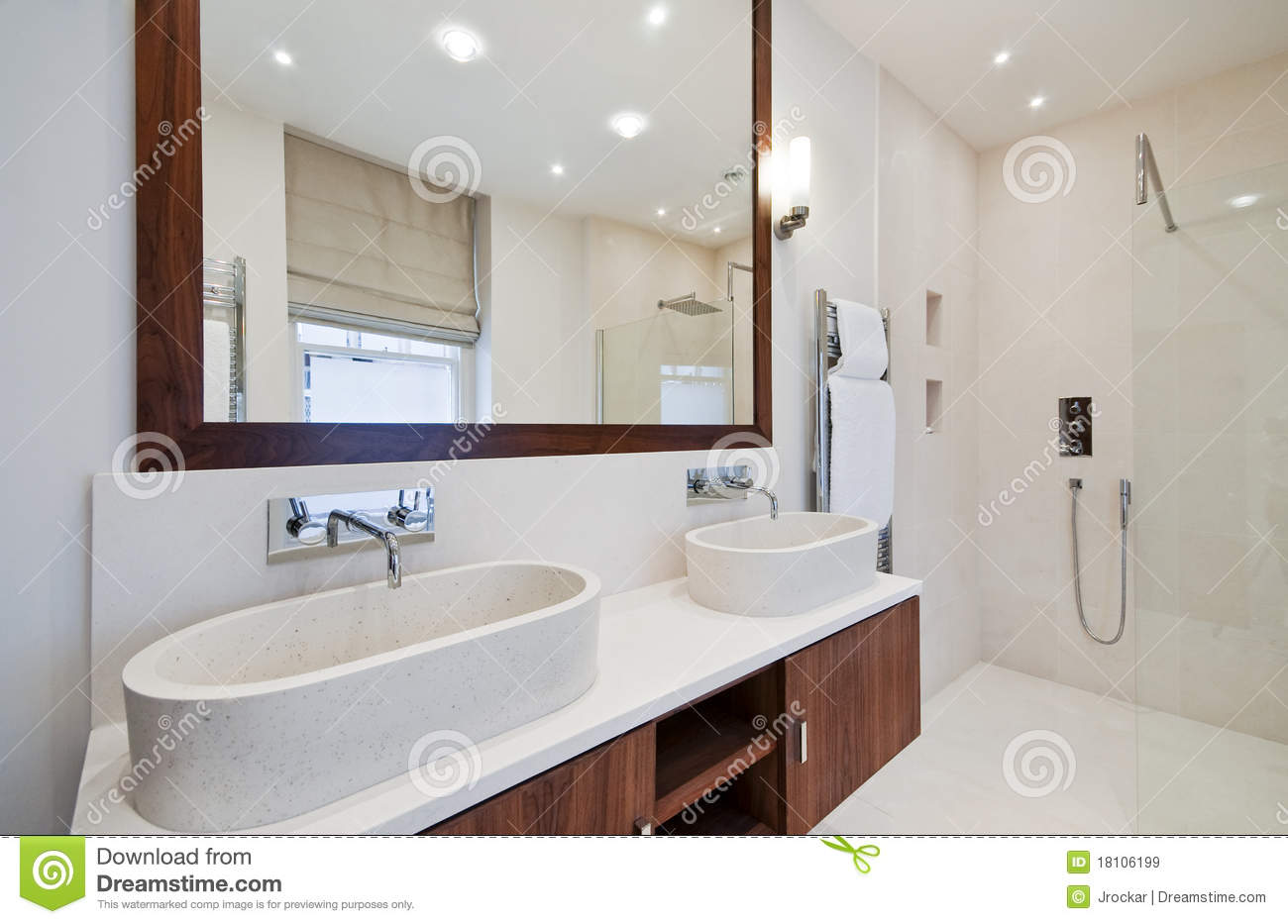 salle de bains avec le double lavabo de main image stock image du double contemporain 18106199. Black Bedroom Furniture Sets. Home Design Ideas