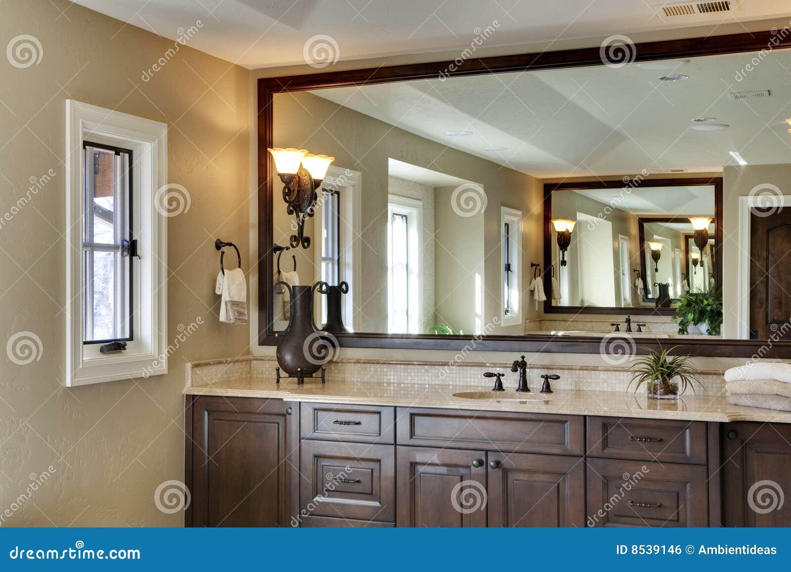salle de bains avec le grand miroir photo stock image du. Black Bedroom Furniture Sets. Home Design Ideas