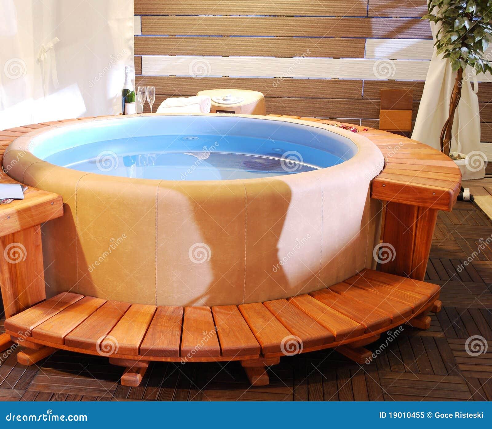 Salle de bains avec le jacuzzi photo libre de droits for Salle de bain jacuzzi