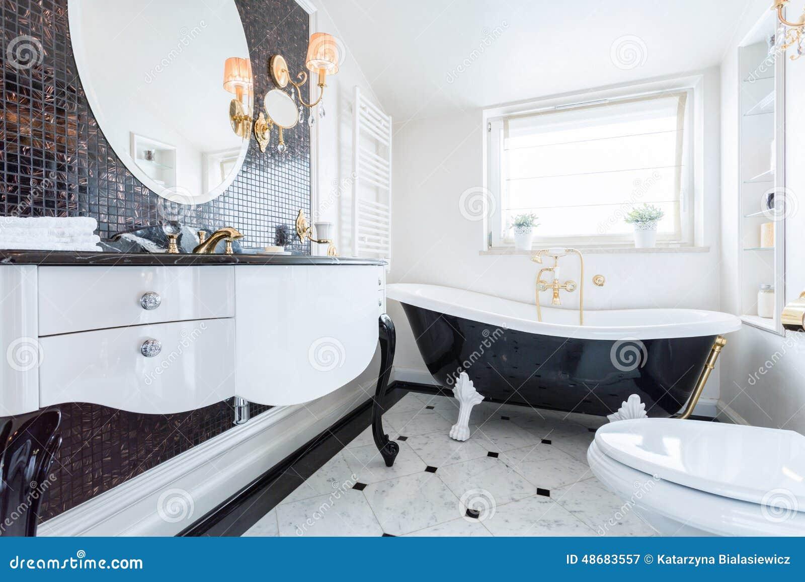 Salle de bains baroque noire et blanche image stock for Baignoire noire et blanche